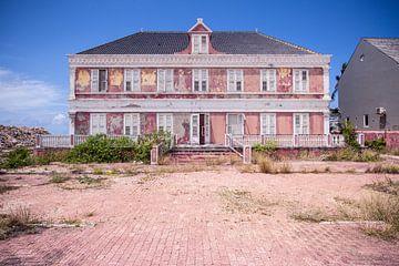 Roze verlaten villa in Curacao van Charles Poorter