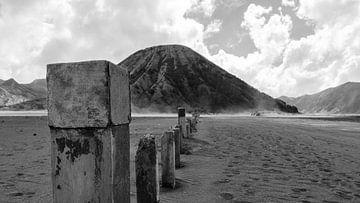 Berg neben dem Vulkan Bromo von Geert Keularts