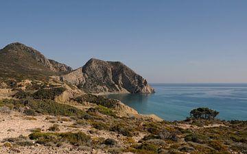 Kust, uitzicht vanaf de bergen op Kos Griekenland von Miranda Lodder