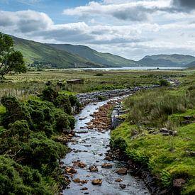 Iers landschap met riviertje van Marcel Krol