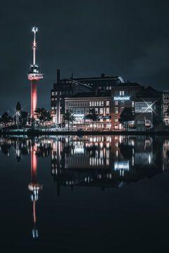 Der euromast und der fahrer, rotterdam reflection night von vedar cvetanovic