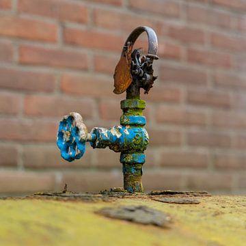 Urbex - Detail eines alten rostigen Krans auf einem Öltank von Photo Henk van Dijk