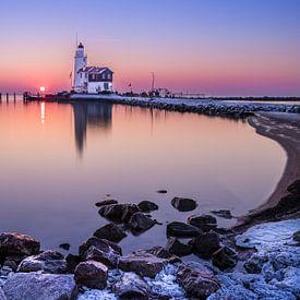Leuchtturm bei Sonnenaufgang von Inge van den Brande