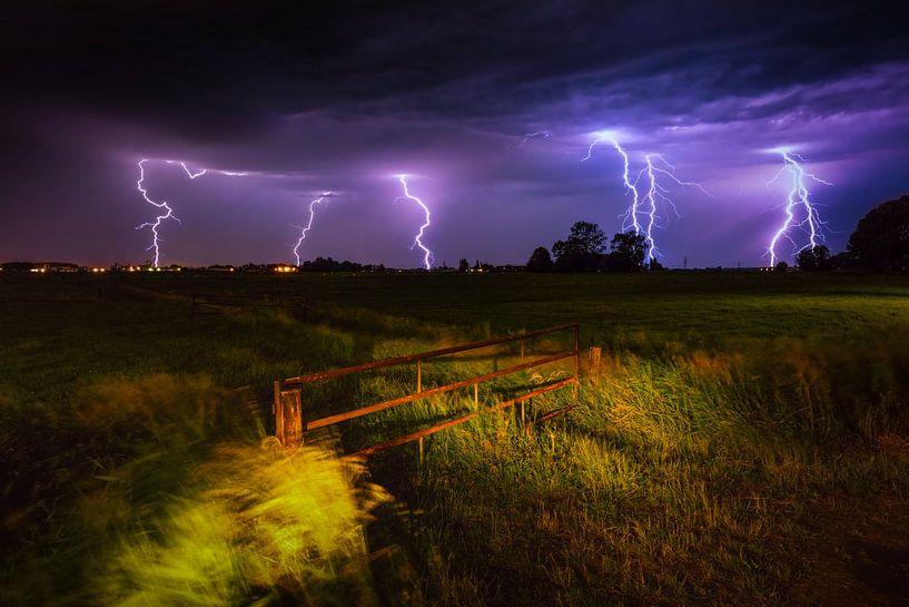 Onweer en bliksem boven het Groninger land van Bas Meelker