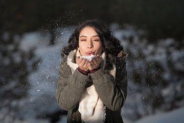 Une femme dans la neige sur Natasja Tollenaar