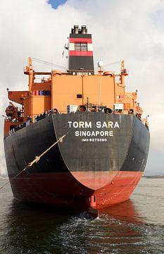 Vrachtschip Torm Sara uit Singapore in de sluizen van IJmuiden vaart richting Amsterdam van Reinder Weidijk