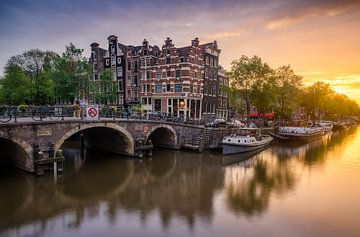 Zonsondergang bij grachten van Amsterdam
