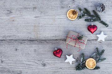 Kerstcompositie met geschenkdoos, ornamenten van Alex Winter