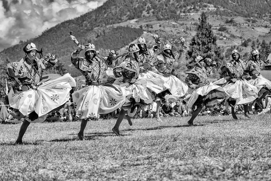 Dansers verkleed als krijgers op het Wangdi Festival in Bhutan van Wout Kok