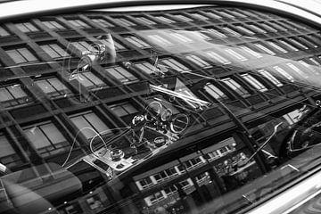 Spiegelung eines Gebäudes im Fenster eines Bentley Continental von Koen Verburg