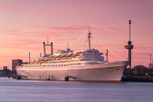 SS Rotterdam bij zonsondergang van
