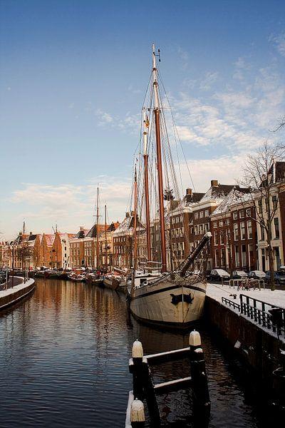 Festgemachten Schiffe in der Hoge der A in Groningen (Niederlande) von Sandra de Heij