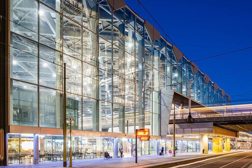 Den Haag Central Station (blaue Stunde) von John Verbruggen