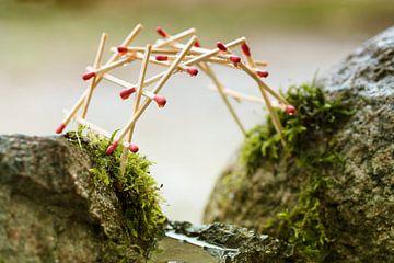 selbsttragende Brücke von leonardo da vinci, gebaut aus Streichhölzern über moosbewachsenen Felsen,  von Maren Winter
