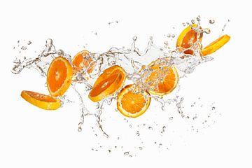 Spetterende sinaasappelschijfjes 11004640 van BeeldigBeeld Food & Lifestyle