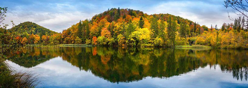 Weerspiegeling, Plitvicemeer in Kroatië van Rietje Bulthuis
