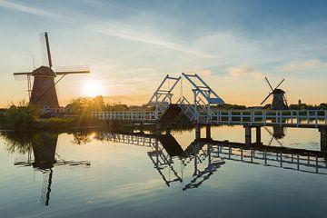Paysage d'été avec des moulins à vent et un pont aux Pays-Bas sur iPics Photography