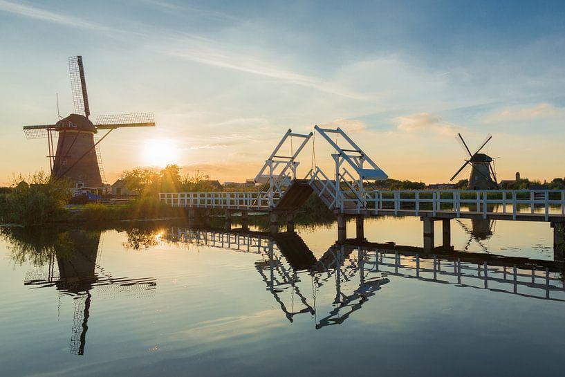 Sommerlandschaft mit Windmühlen und Brücke in den Niederlanden von iPics Photography