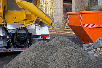 Baufahrzeuge und -geräte beim Aufbringen eines Betonrings auf einen alten Getreidespeicher. von Babetts Bildergalerie