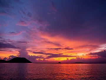 Een kleurrijk einde van de dag op Komodo eiland van Rik Pijnenburg