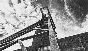 Schachttoren bij de Zollverein-mijn onder een dramatische hemel