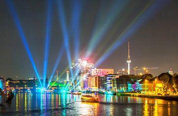 Schepen op de Spree verlichten de Berlijnse nachtelijke hemel tijdens een evenement