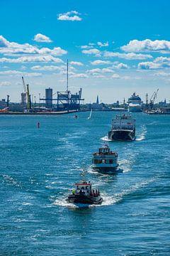 Schiffe beim Auslaufen aus dem Hafen von Rostock von Rico Ködder
