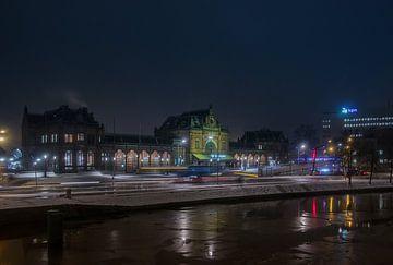 Station Groningen tijdens een gure winternacht van Arthur Scheltes