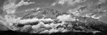 Bergen in een lage wolk van Keith Wilson Photography
