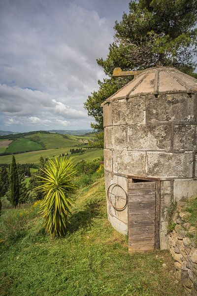Waterput bij Boerderij in Toscane II van Anneke Hooijer