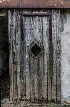 Holztür in einem Fort von Ans Bastiaanssen