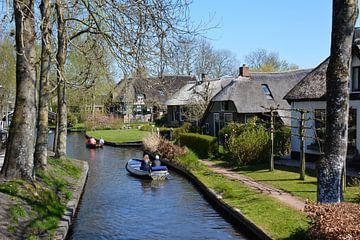 bateaux à moteur dans le canal Giethoorn sur My Footprints