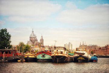 Amsterdam Sint nicolaaskerk met boten van
