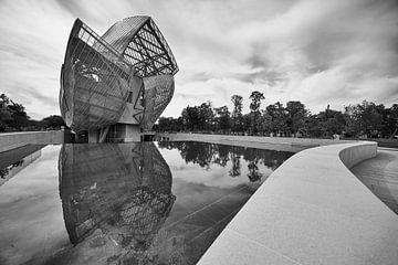 De Fondation Louis Vuitton gereflecteerd van Michael Echteld