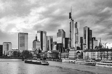 Skyline van Frankfurt am Main in zwartwit van Juriaan Wossink