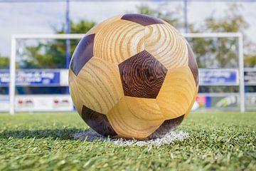 Holz Fußball liegt auf dem penaltiestip eines Fußballfeldes von Ben Schonewille
