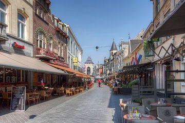 Gezellige straatjes in centrum   Valkenburg  van John Kreukniet