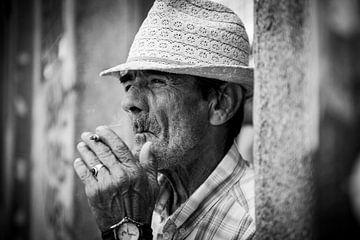Portret van een man in Portugal van Ellis Peeters