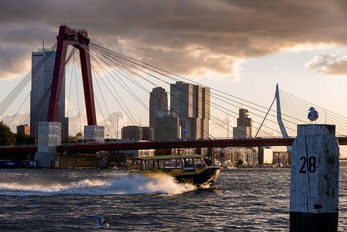 Rotterdam, de Maas en Watertaxi tijdens zonsondergang van
