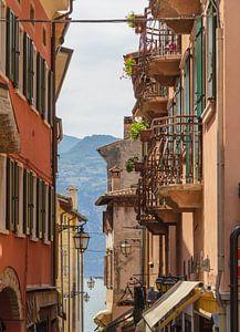 Doorkijkje met ijzeren balkons aan het Gardameer