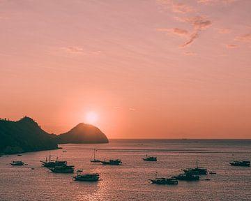 Zonsondergang in de haven van Jonai