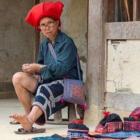 Red Dao vrouw aan het werk van Richard van der Woude