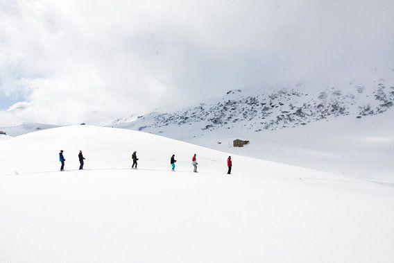 Wandelaars in de sneeuw in de Alpen, Frankrijk