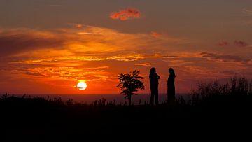 Aan de kust met een zonsondergang van Eelke Cooiman
