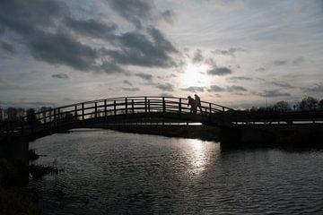 2 wandelaars op een brug van Norbert Erinkveld