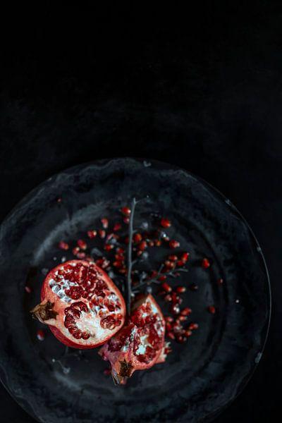 Stilleven | Granaatappel in een grijze omgeving van Steven Dijkshoorn