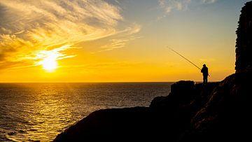 Visser tijdens zonsondergang in Peniche van Jessica Lokker