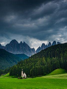 San Giovanni kerkje nabij Val di Funes van Henk Goossens