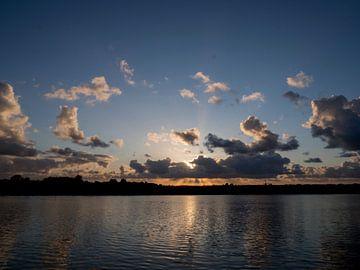 Dramatischer Sonnenuntergang auf dem Wasser in den Niederlanden von Sofie Duchateau