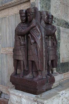 Beeld van vier Tretarchiers op de basiliek van Ventie van Joost Adriaanse